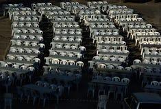 Cadeiras no quadrado de cidade sob a luz solar Fotos de Stock Royalty Free