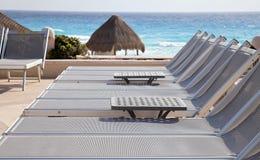 Cadeiras pela praia Foto de Stock