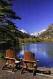 Cadeiras pelo lago Imagens de Stock Royalty Free