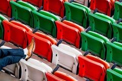 Cadeiras plásticas de dobramento no local de encontro do evento Fotografia de Stock Royalty Free