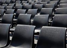 Cadeiras plásticas pretas foto de stock