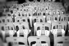 Cadeiras plásticas vazias Fotografia de Stock Royalty Free