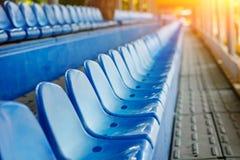 Cadeiras plásticas vazias nos suportes do estádio Imagens de Stock