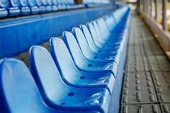 Cadeiras plásticas vazias nos suportes do estádio Imagens de Stock Royalty Free
