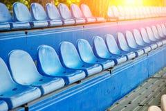 Cadeiras plásticas vazias nos suportes do estádio Fotografia de Stock Royalty Free