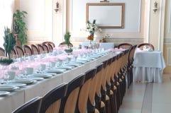 Cadeiras presidenciais pela tabela fotos de stock royalty free