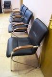 Cadeiras pretas na sala imagens de stock