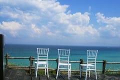 Cadeiras que negligenciam o mar Foto de Stock Royalty Free