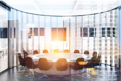 Cadeiras redondas brancas do preto de sala de reunião tonificadas Fotografia de Stock Royalty Free