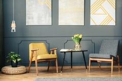 Cadeiras retros na sala do vintage Imagens de Stock