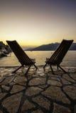Cadeiras sós no beira-mar de Montenegro fotografia de stock