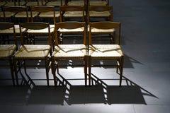 Cadeiras vazias da igreja fotografia de stock royalty free