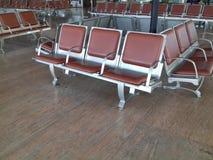 Cadeiras vazias de Brown no aeroporto Foto de Stock