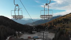 Cadeiras vazias do esqui-elevador na primavera no por do sol filme