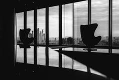 Cadeiras vazias no centro de negócios Fotografia de Stock Royalty Free