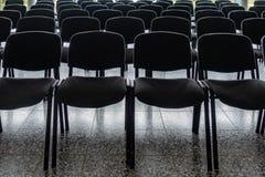 Cadeiras vazias no vestíbulo de um salão fotografia de stock