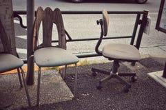Cadeiras velhas ao longo da rua imagens de stock