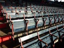 Cadeiras velhas do parque de Fenway imagem de stock royalty free