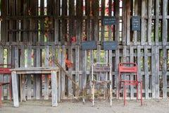 Cadeiras velhas e tabela exteriores Fotos de Stock Royalty Free