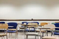 Cadeiras velhas em uma sala de aula Fotos de Stock Royalty Free