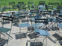 Cadeiras verdes vazias no parque Imagem de Stock Royalty Free