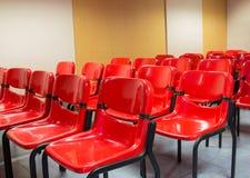 Cadeiras vermelhas na sala de reunião Foto de Stock