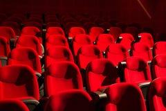 Cadeiras vermelhas no cinema vazio imagem de stock