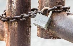 Cadena cerrada con un candado foto de archivo