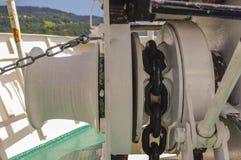 Cadena de ancla de la nave en el barco fotos de archivo
