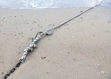 Cadena de la cuerda y del metal en el mar Fotografía de archivo libre de regalías