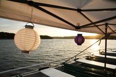 Cadena de luces con las linternas de papel para un partido del verano Fotografía de archivo libre de regalías