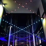 Cadena de luces en el edificio moderno Fotos de archivo