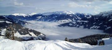 Cadena de montaña Nevado con el valle de niebla Imágenes de archivo libres de regalías