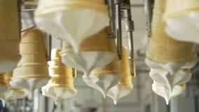 Cadena de producción automática del helado almacen de metraje de vídeo
