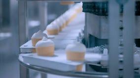 Cadena de producción automática del helado en la tela moderna de la lechería de la comida almacen de video