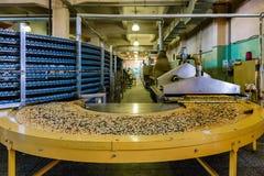 Cadena de producción automatizada de la panadería moderna Los hornos, la línea máquina del transportador y el otro eqipment para  fotografía de archivo libre de regalías