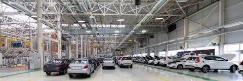 Cadena de producción automotriz Formato largo Vista granangular de la planta de la industria del automóvil Puede ser utilizado co fotos de archivo libres de regalías