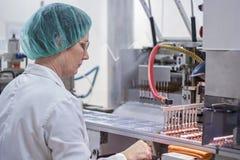 Cadena de producción farmacéutica trabajador en el trabajo Fotos de archivo libres de regalías