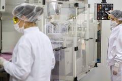 Cadena de producción farmacéutica trabajadores Foto de archivo libre de regalías