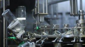 Cadena de producción de la botella de cristal máquina almacen de metraje de vídeo