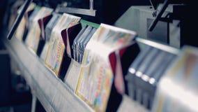 Cadena de producción de la tipografía Máquina que trabaja en casa de impresión metrajes