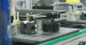 Cadena de producción de las piezas para la industria del automóvil almacen de metraje de vídeo