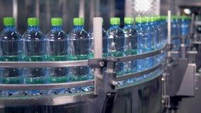 Cadena de producción móvil constante de botellas de agua metrajes