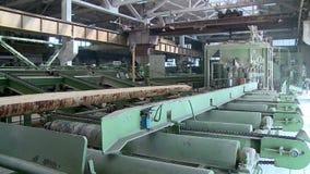 Cadena de producción para aserrar de registros en la madera de construcción almacen de metraje de vídeo