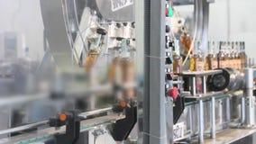 Cadena de producción para la producción y el embotellamiento de bebidas alcohólicas Fábrica para la producción de alcohólico almacen de metraje de vídeo
