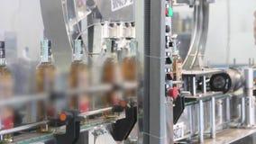 Cadena de producción para la producción y el embotellamiento de bebidas alcohólicas Fábrica para la producción de alcohólico almacen de video
