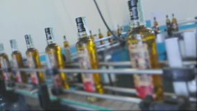 Cadena de producción para la producción y el embotellamiento de bebidas carbónicas Fábrica para la producción de agua mineral y almacen de video