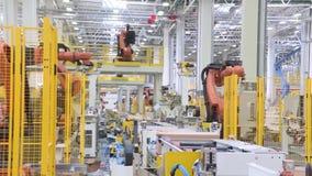 Cadena de producción tecnológica en la planta escena Los robots de soldadura del equipo representan el movimiento En las piezas a almacen de metraje de vídeo