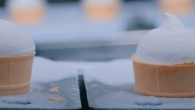 Cadena de producci?n autom?tica del helado - banda transportadora con los conos de helado almacen de metraje de vídeo