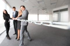 Cadena de tracción de los hombres de negocios Imágenes de archivo libres de regalías